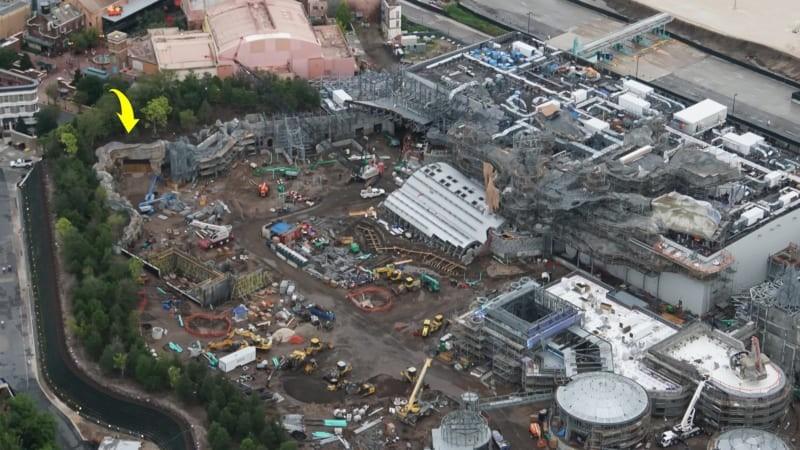 First Spaceship Arrives Star Wars Galaxy's Edge